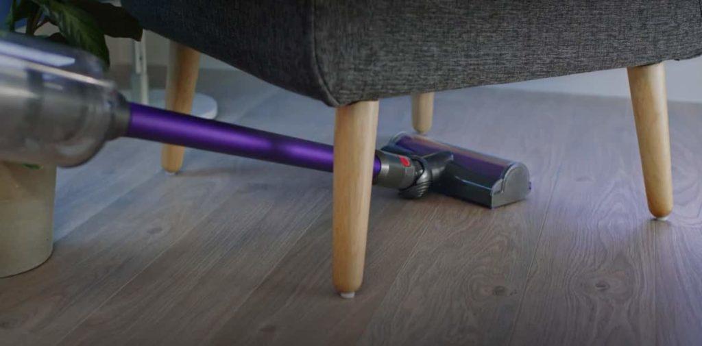 Dyson V11 debajo sofá